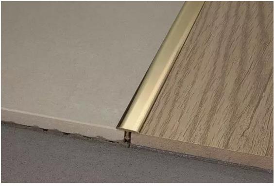 瓷砖与木地板平接(嵌t型铜条)