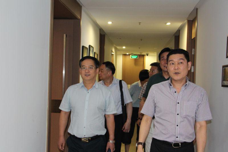 上海市装饰装修行业协会党委书记兼常务副会长徐海峰,副会长张长东,秘